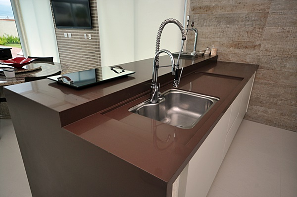 granito-marrom-absoluto-cozinha-moderna-com-ilha