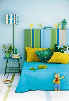 quarto azul cabeceira listrada