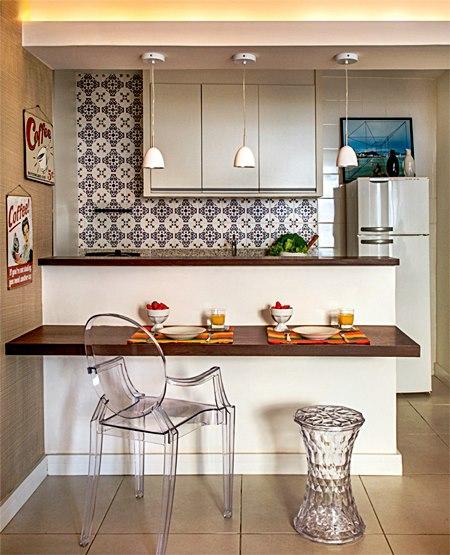 02-um-balcao-serve-como-mesa-de-refeicoes-e-aparador-nesta-cozinha