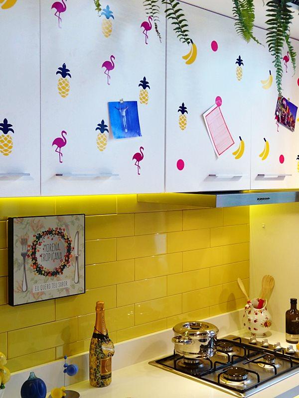 apartamento-carioca-assinado-pela-designer-de-interiores-fernanda-dorta-armario-modulado-em-melamina-branca-ganha-bossa-com-adesivos-divertidosa