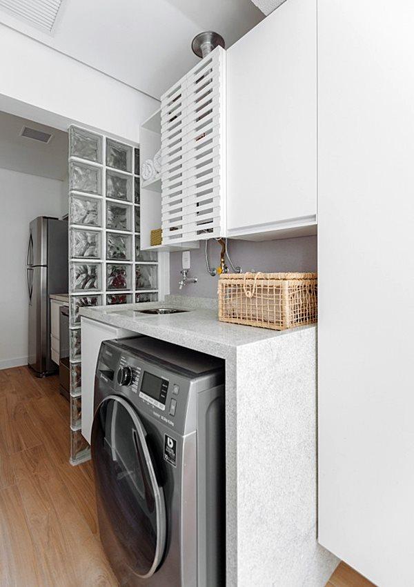 revistacasaejardimlavandeira-cozinha-ambientes-integrados-parede-de-tijolos-de-vidro-piso-de-madeira-maquina-de-lavar