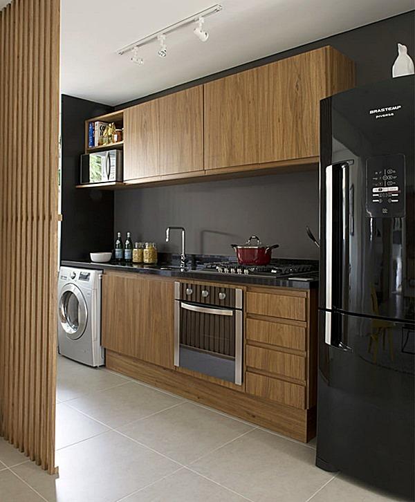 semdivisaolimaonaagua11-cozinha-pequena-madeira-e-geladeira-preta
