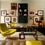A disposição dos quadros assimétrica sofisticou a sala
