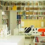 Pouco espaço e muitos livros? Use as paredes!