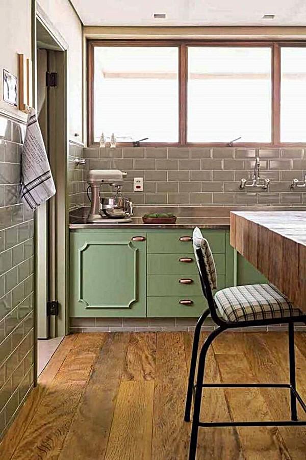 terra decoracao-cozinha-retro-com-armario-verde-e-piso-de-madeira-foto-gabriel-valdivieso