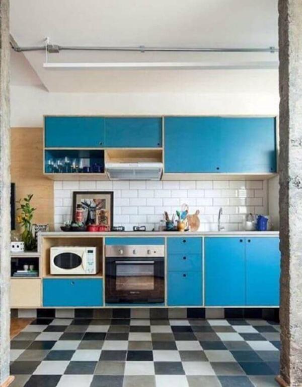 terra decoracao-para-cozinha-retro-com-piso-quadriculado-e-armarios-azuis-foto-ina-arquitetura
