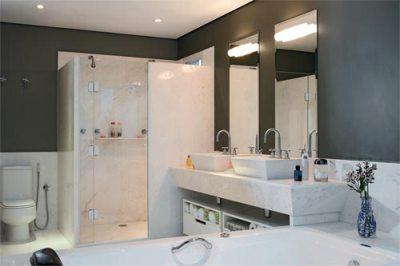 banheiro parede marrom mármore
