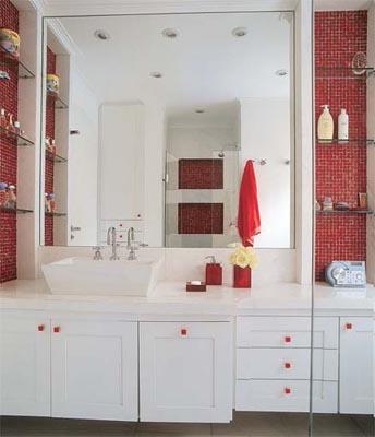 Banheiro-vermelho-prateleiras-de-vidroconstrucaoedesign