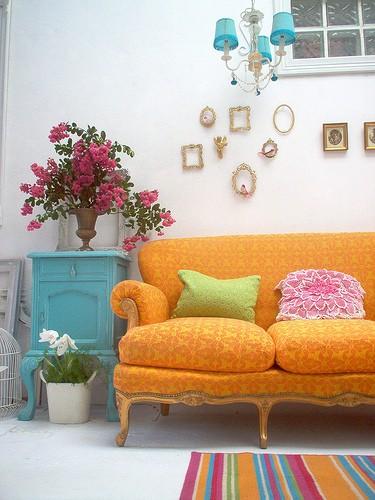 arquitrecossofa orange comoda azul e tapete listrado colorido