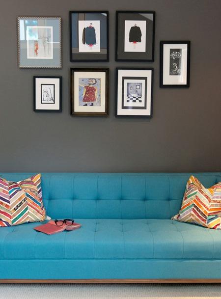 parede do sofá com quadros