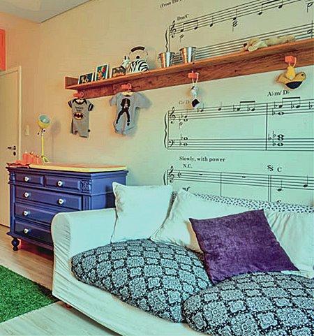 01-avioes-e-rock-inspiram-decoracao-de-quarto-de-bebe
