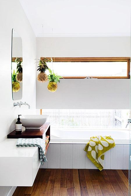 banheiro branco madeira