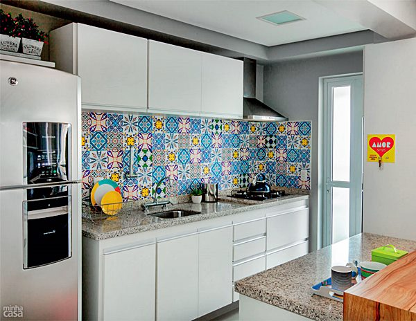 cozinha armários brancos azulejo patchwork