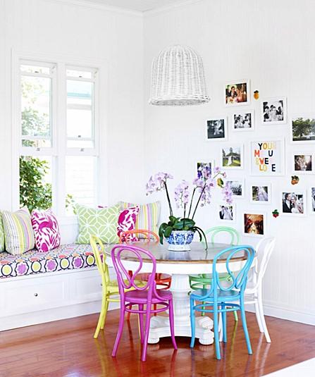sala de jantar cadeiras coloridas