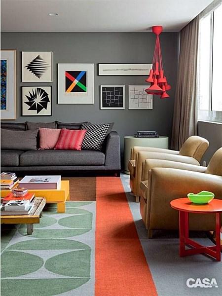 sala de estar parede cinza enfatizando cores