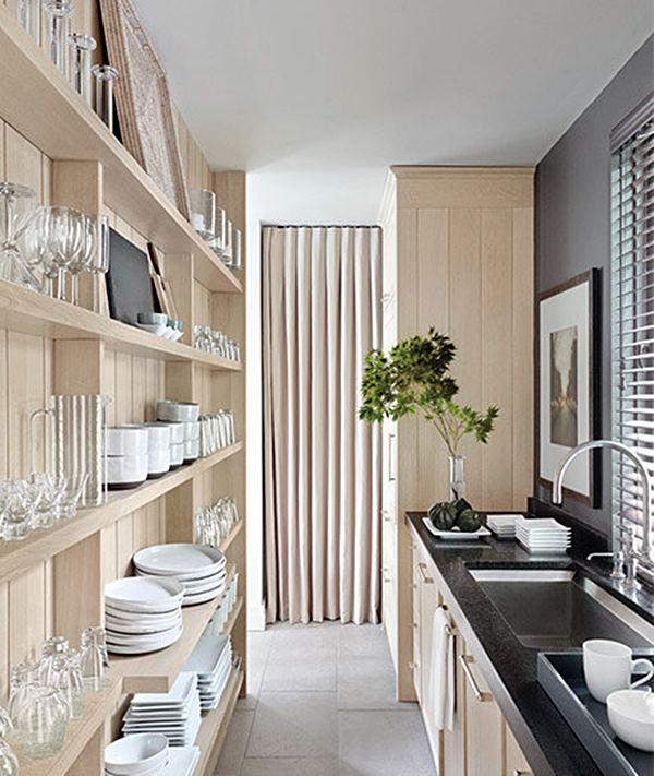 cozinha estreita madeira e preto com estante