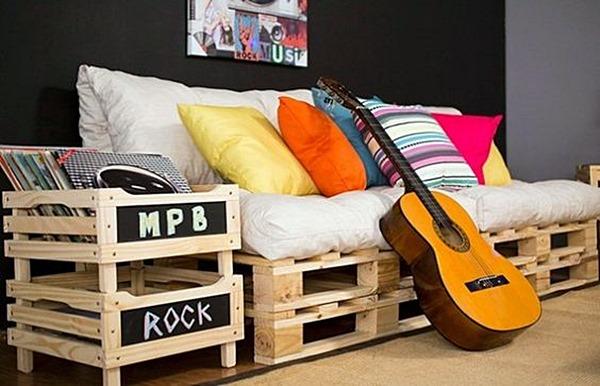 sala de estar sofá e móvel de pallets