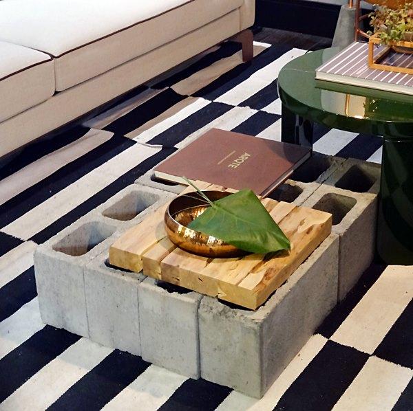 8-blocos-de-concreto-foram-a-mesa-de-centro-do-apartamento-celula-mude-assinado-pelo-studio-leandro-nevesa