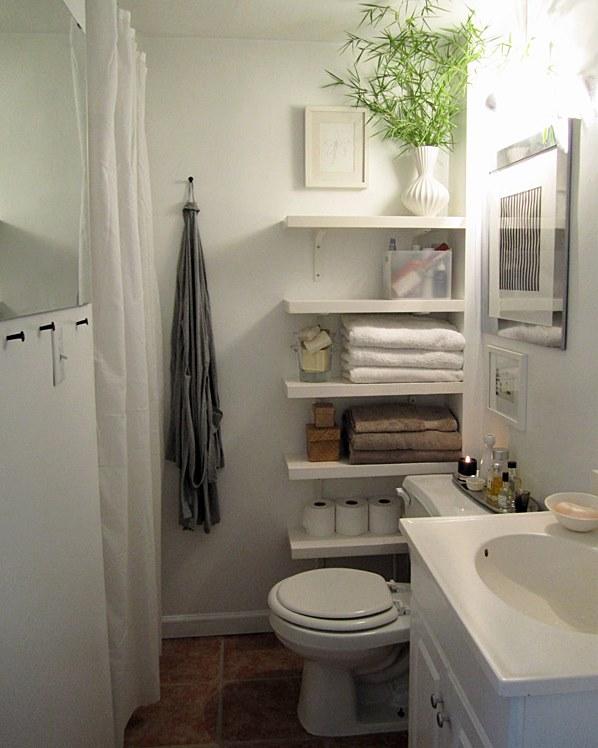 banheiro pequeno com prateleiras