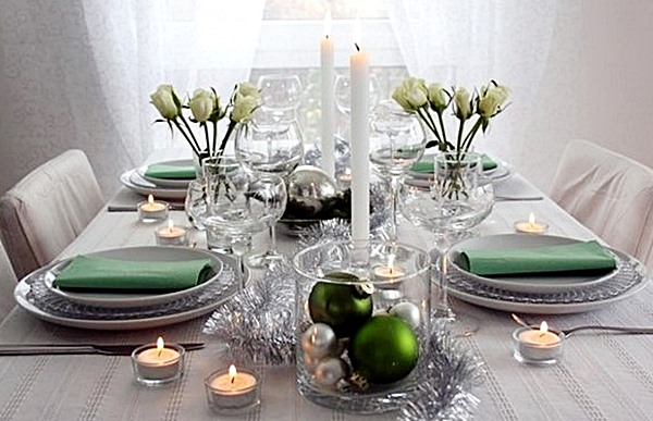 minimalisti-silver-green-christmas-table-decoration-ideas-green-napkins-white-candles