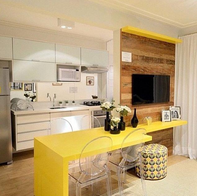 cozinha pequena branca e amarela integrada