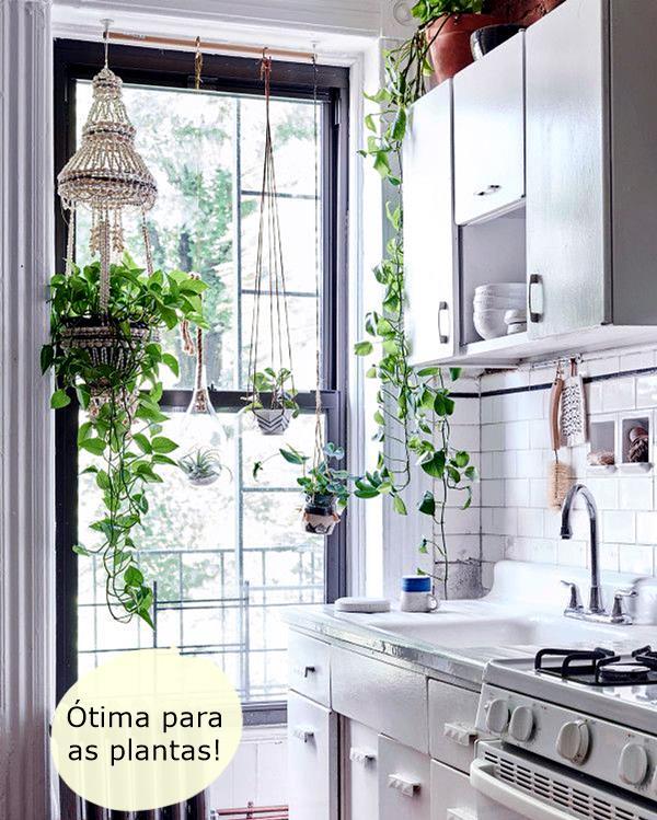 cotemaison plante-tombante-filet-en-macrame-fenetre-cuisine-blanche_5758979a