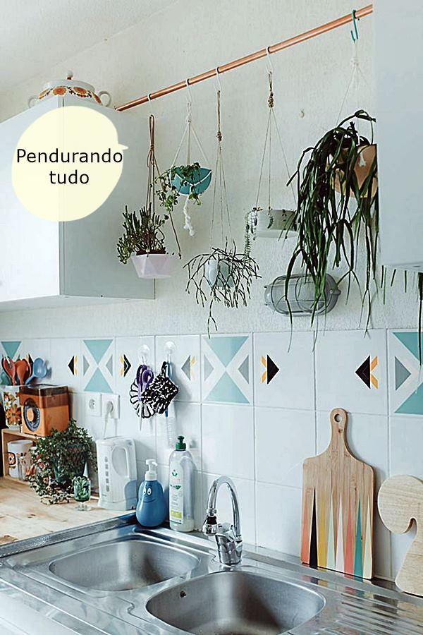 cotemaisonplantes-suspendues-sur-tuyau-en-cuivre-dans-la-cuisine_5759381a