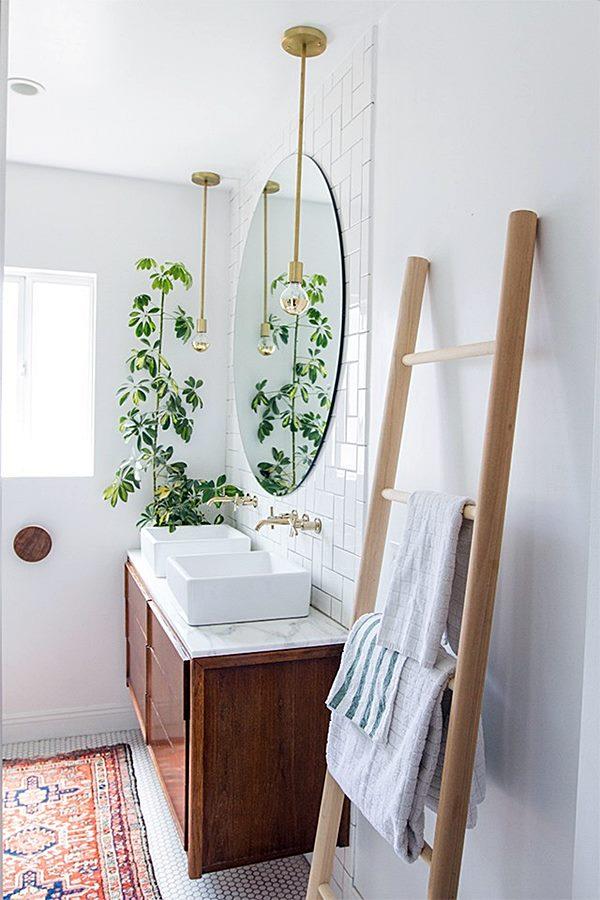 banheiro branco com plantas
