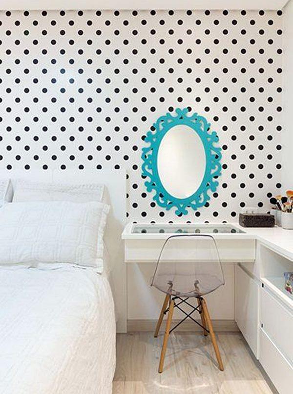 quarto de casal branco com parede de bolinhas