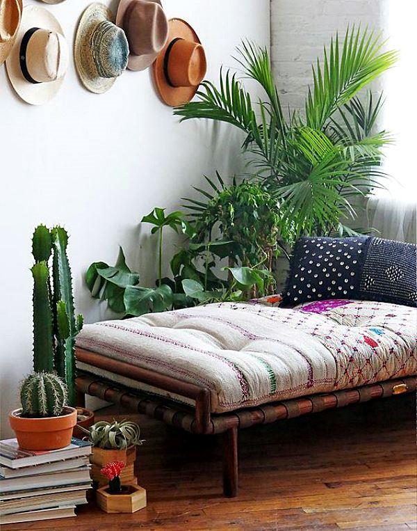 cantinho com sofá e plantas