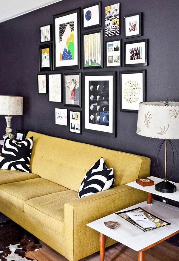 sala de estar com sofá amarelo e parede preta