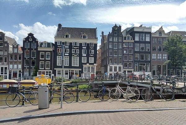 Amsterdam casas tortas