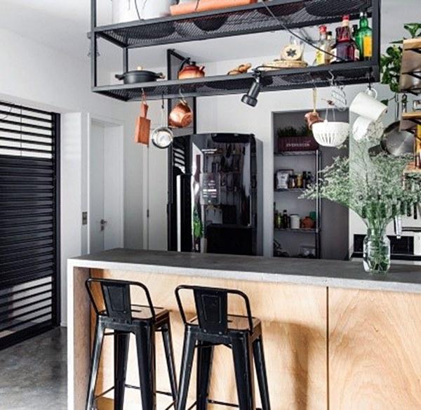 cozinha aberta para sala preta madeira e cinza