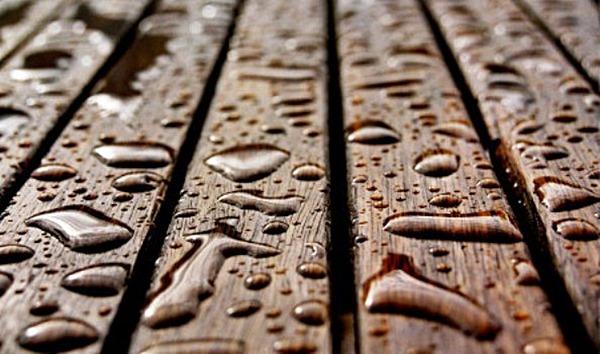 661984-A-água-pode-prejudicar-os-móveis-de-madeira.-Foto-divulgação