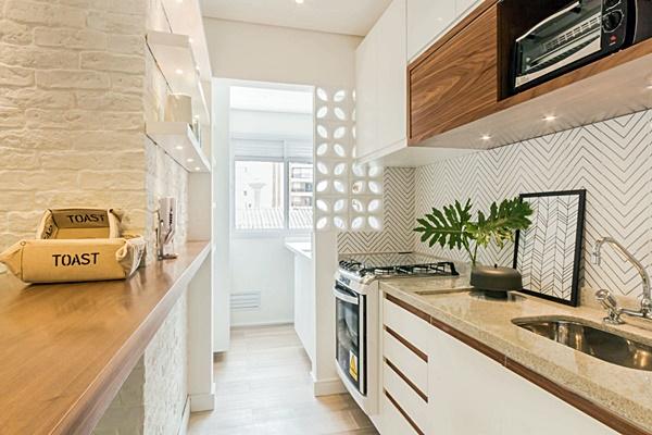 cozinha pequena em branco e madeira