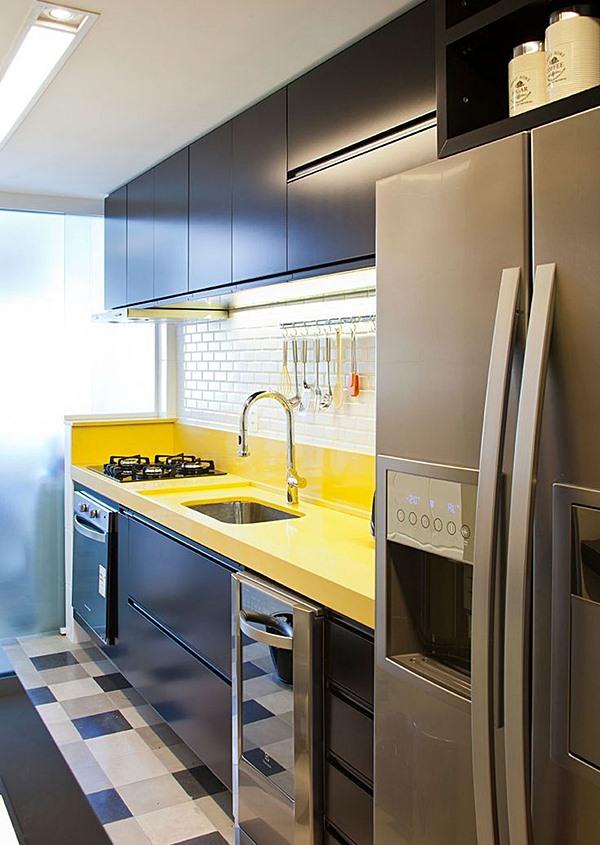 cozinha pequena cinza amarelo e preto