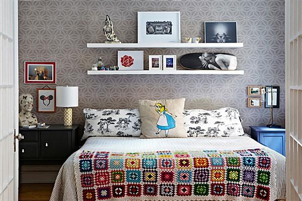 limaonaagua5-quarto-com-prateleiras-e-manta-de-crochet-colorida