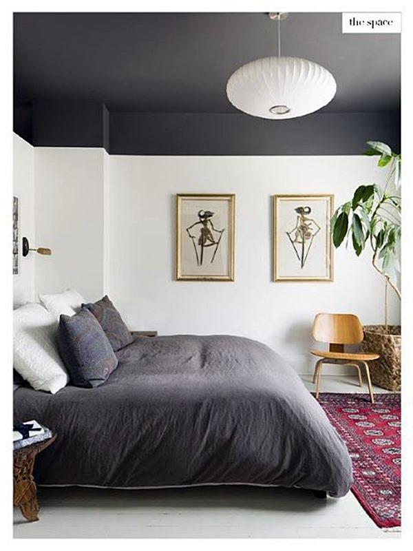 Quarto com teto alto pintado de preto