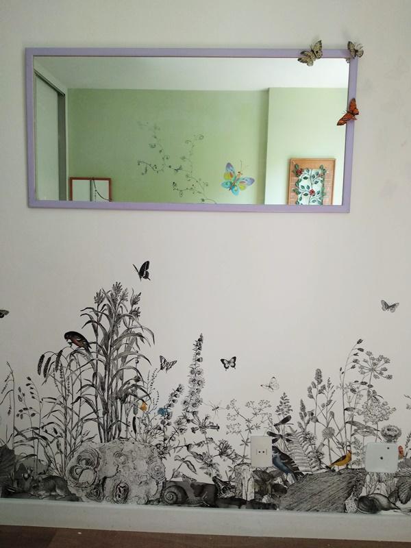 quarto com painel de parede plantas