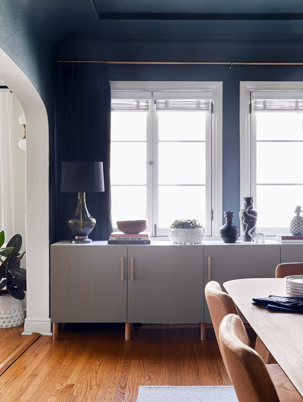sala de jantar em cores escuras