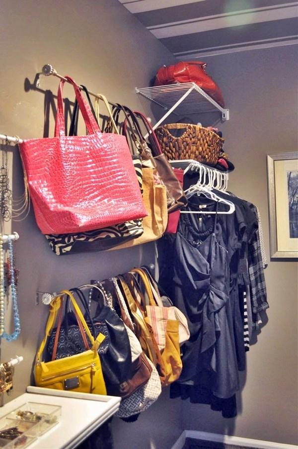guardando bolsas roupas em espaço pequeno
