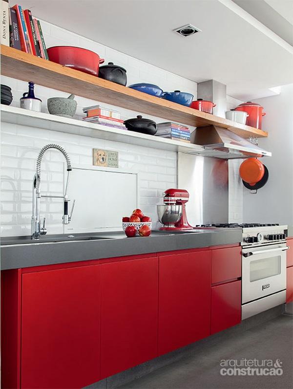panelas e tampas em prateleiras na cozinha