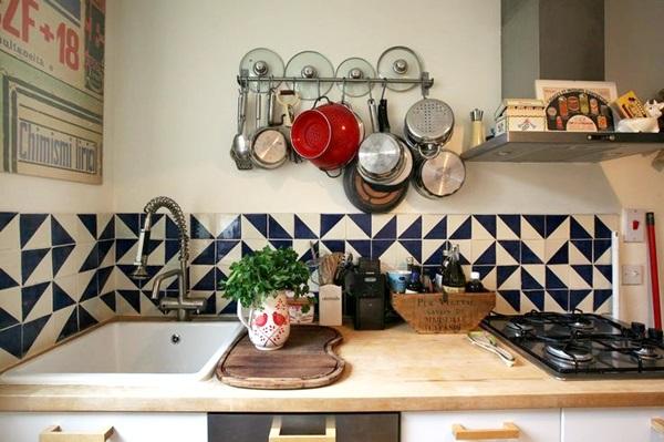panelas e tampas acima da pia na cozinha