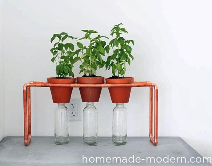 canos de cobre apoiando vasos de plantas