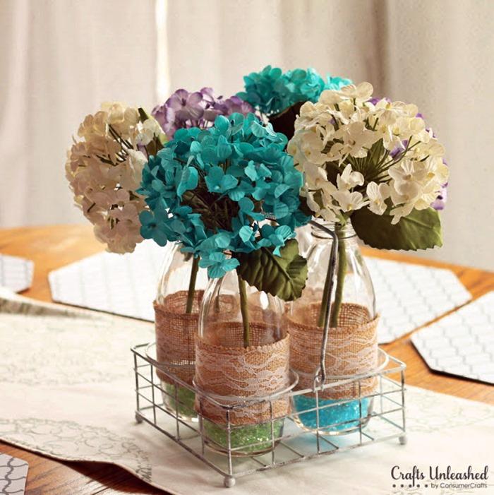 flores artificiais em vasos de vidro com aramado