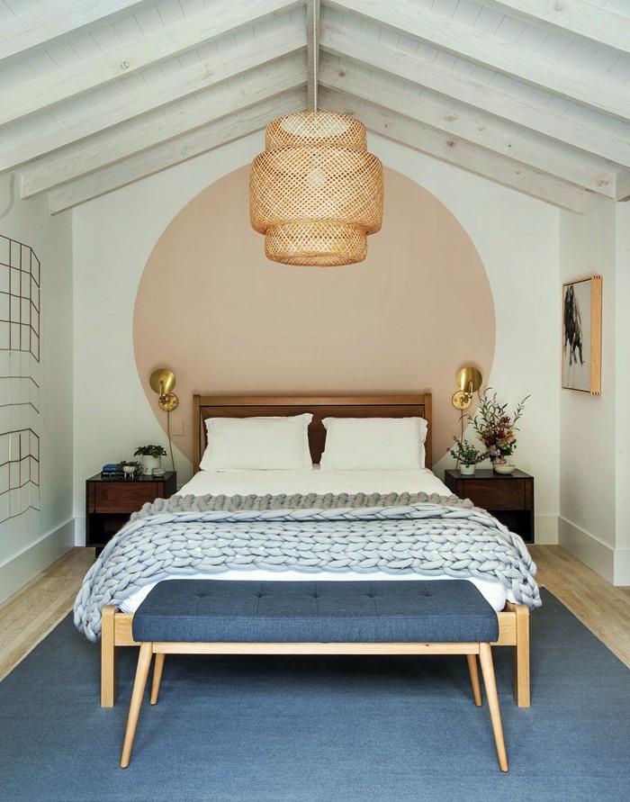 quarto branco e azul com móvel de apoio para sentar