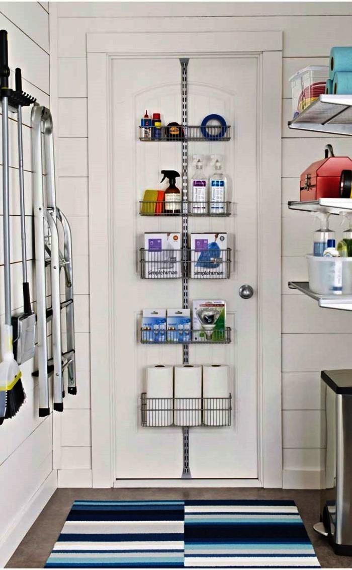 area de serviço com produtos de limpeza e escada