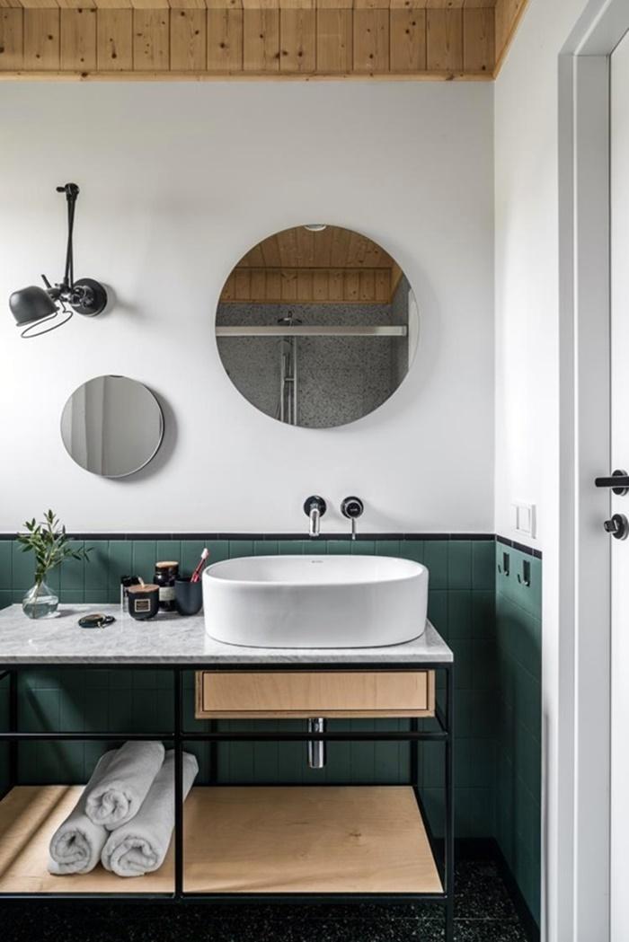 banheiro estilo industrial madeira, verde e branco