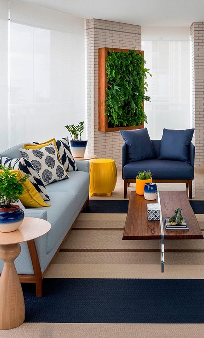 sala de estar com sofá azul