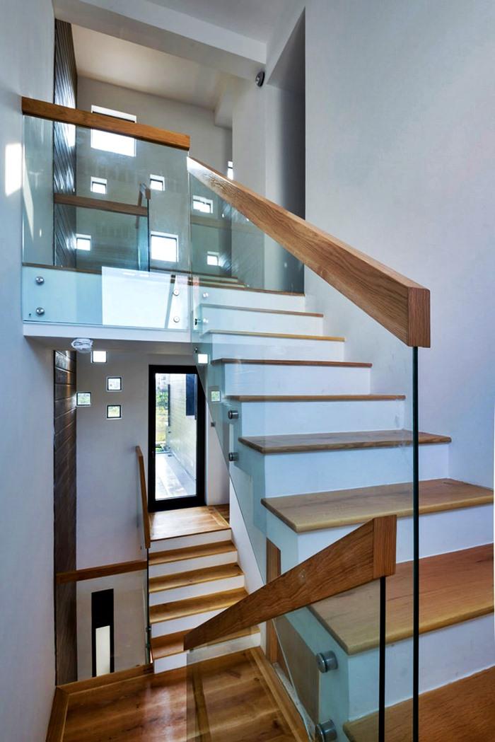escada branca e madeira